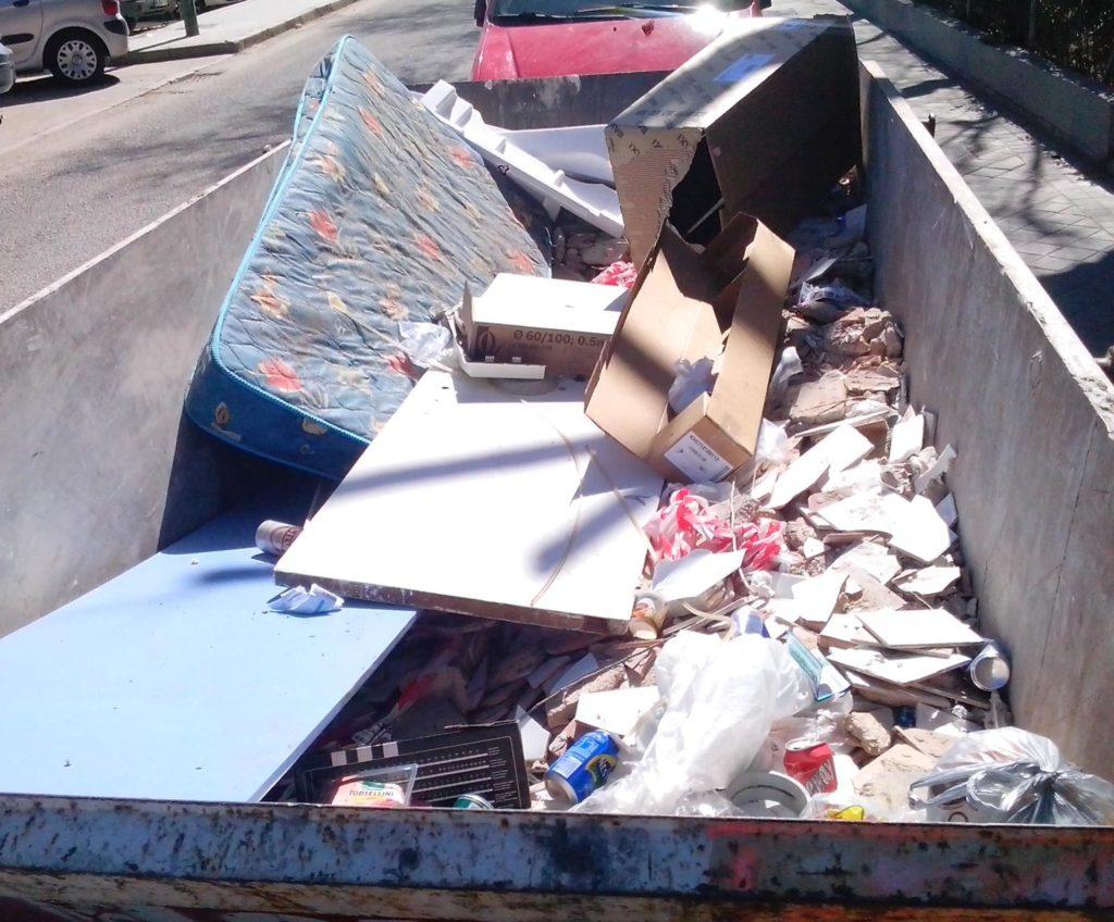 contenedor escombros con colchón