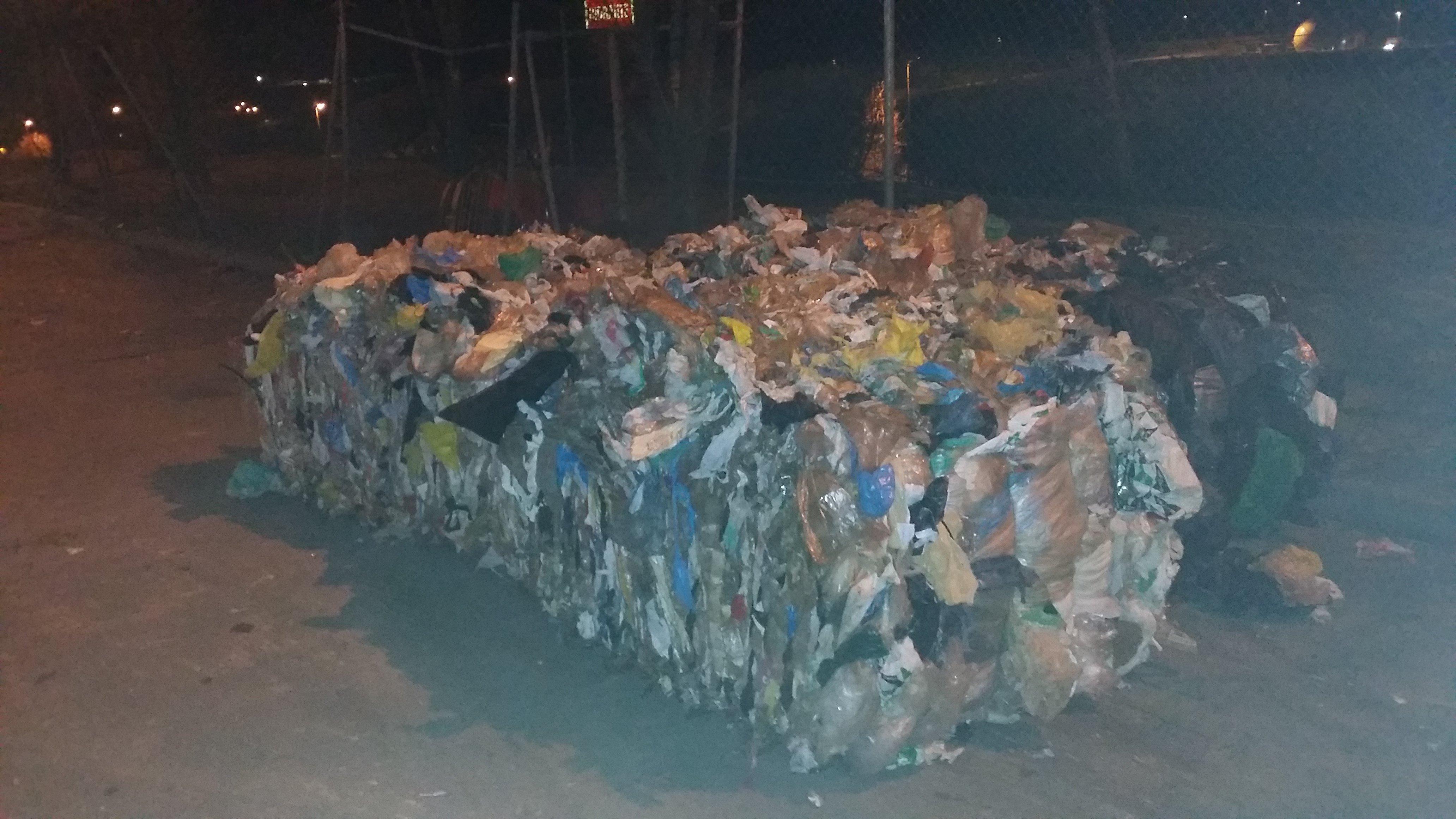 mezcla de plásticos recuperados en una planta de clasificación de residuos