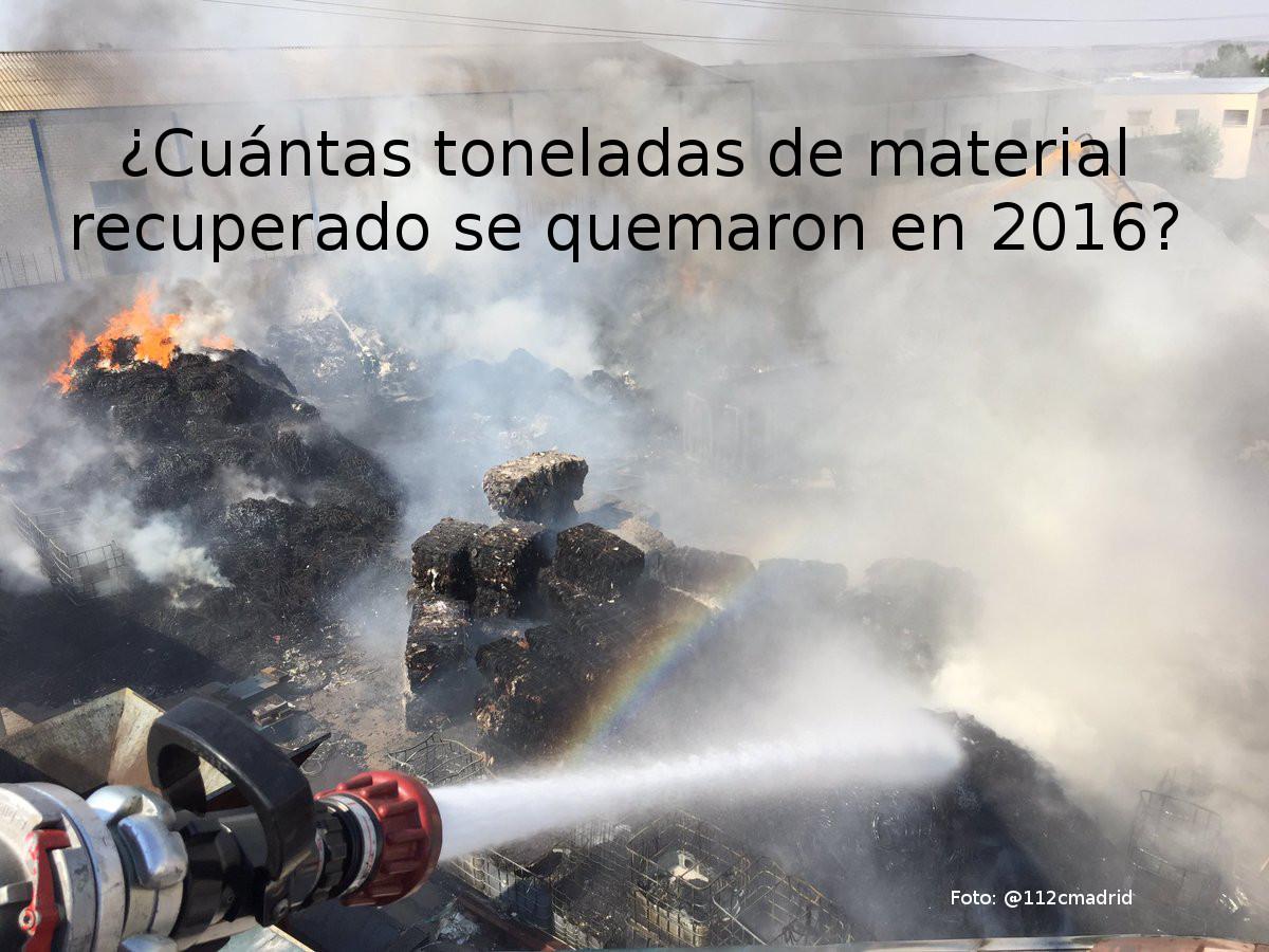 Extinción de incendio en planta de envases recuperados para reciclar