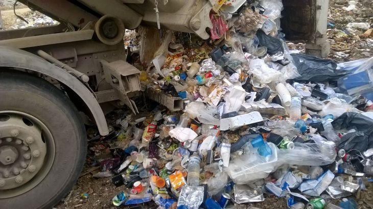 Imagen de un camión descargando residuos en vertedero