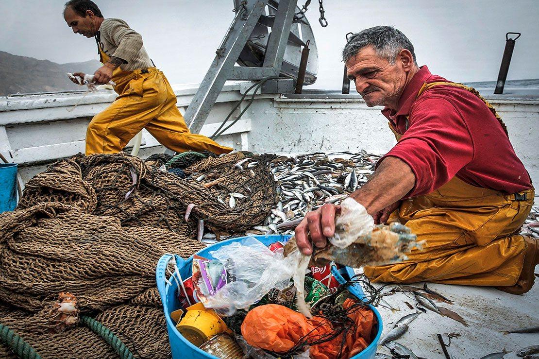 pescadores y residuos de envases de usar y tirar