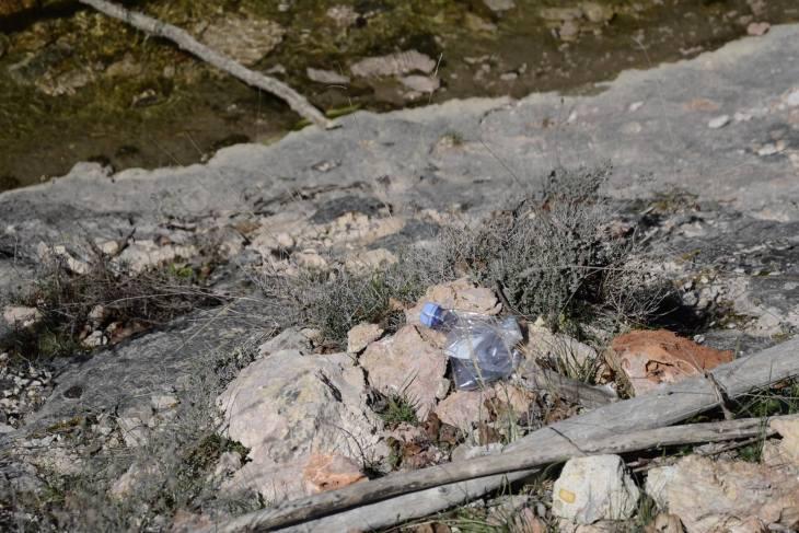 botella de plástico abandonada en el campo