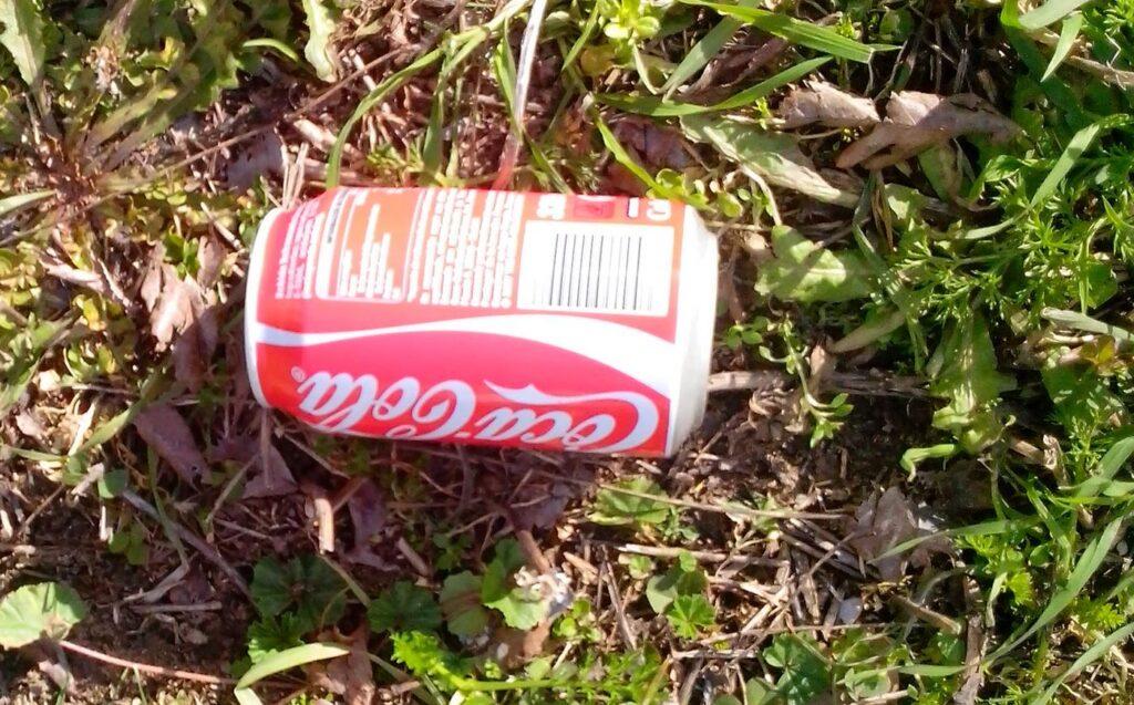 lata de Coca Cola abandonada