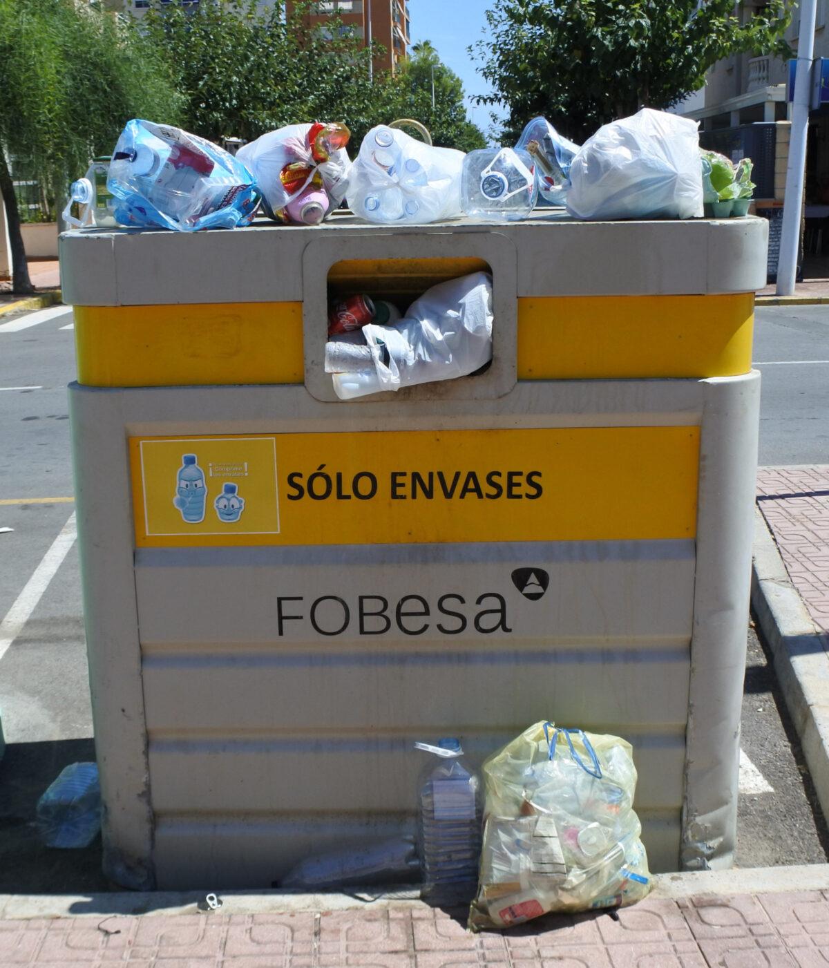 Contenedor amarillo repleto de residuos de envases