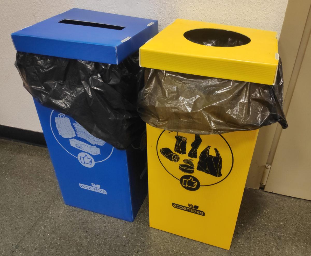 Papeleras de reciclaje azul y amarilla con el logo ecoembes