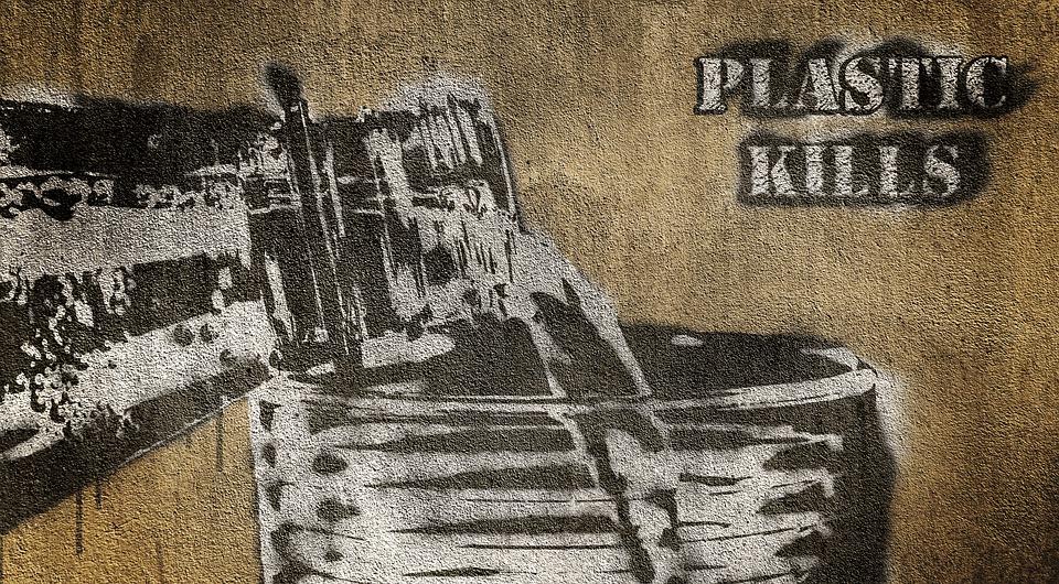 "Pintada en la que se lee ""plastic kills"""