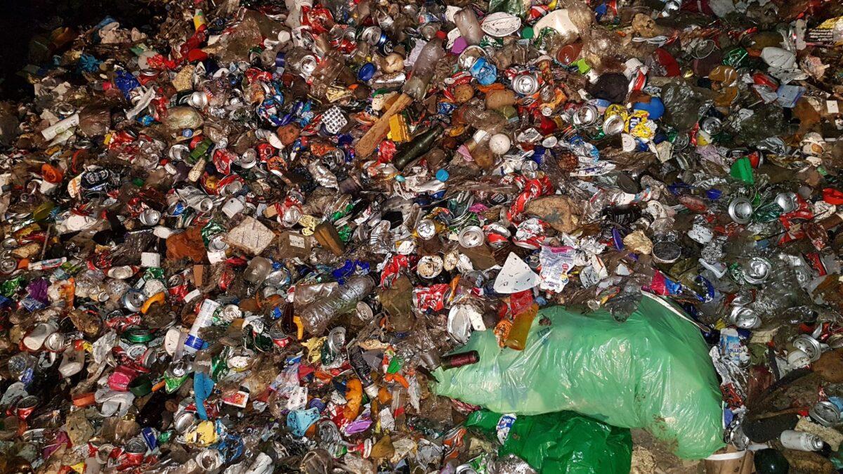 Acumulación de residuos de envases depositados en el vertedero de Valdemingomez
