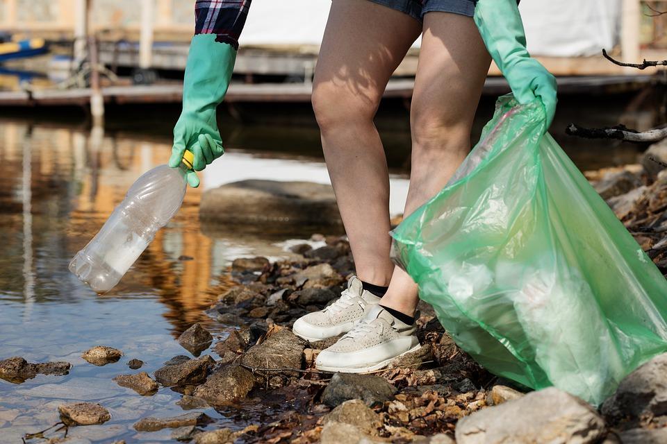 Recogida de plástico en la naturaleza