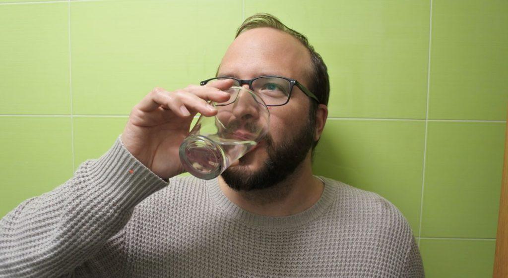 Bebiendo agua de grifo en vaso